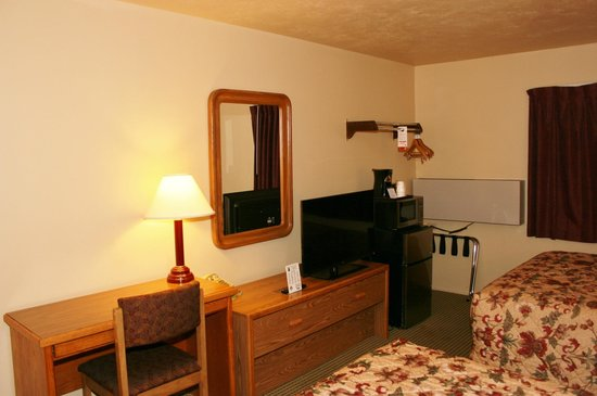 Super 8 Idaho Falls: TV / Desk area.