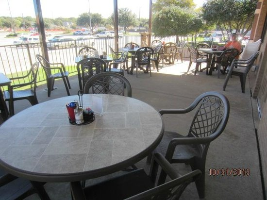 Bacon's Bistro and Cafe: Patio area