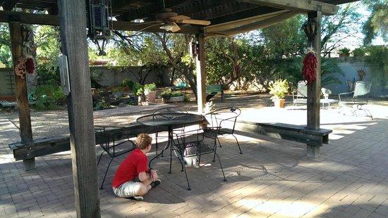 Sam Hughes Inn Bed & Breakfast: Enjoy the spacious courtyard for an evening drink