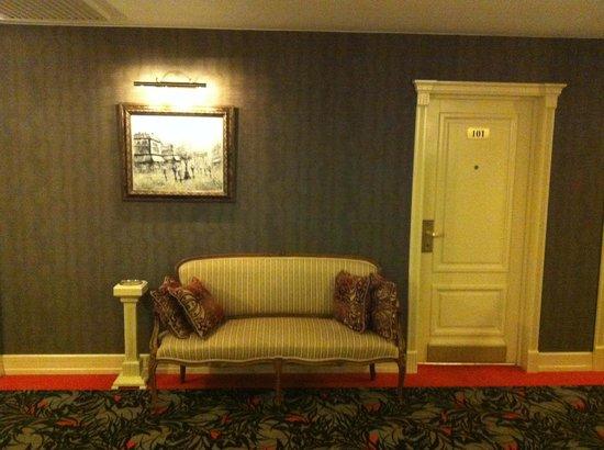 Hotel Brighton: Мебель для красоты, ибо в коридоре толку от нее ноль