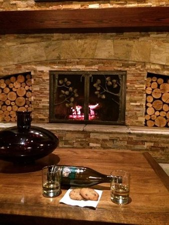 Olympic Lodge: Large fireplace in lobby provided cozy spot for late night cookies and wine.