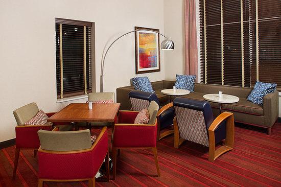 Hampton Inn Portland Downtown - Waterfront : Dining & Lobby Area