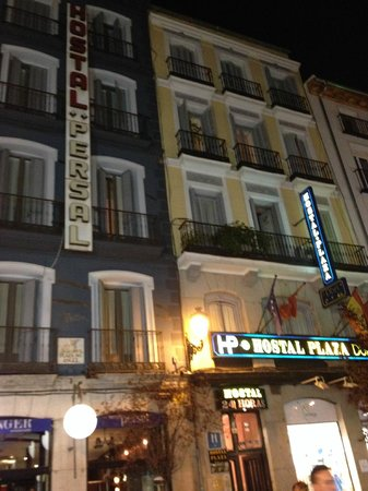 Hostal Persal: Night view of the hostal