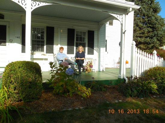 Un cygne blanc Bed and Breakfast : On the porch at the White Swan