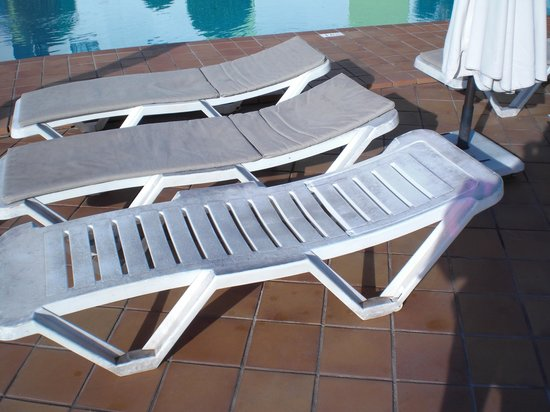 Hotel THe Corralejo Beach: Grubby Sun Lounger