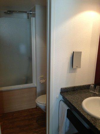 Novotel Suites Montpellier : bathroom