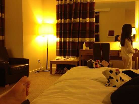 Clarion Hotel Sligo: Living room in family suite