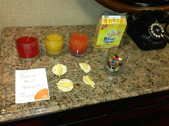 Courtyard by Marriott Stamford Downtown: complimentary juices and snacks, thanks to management! :))