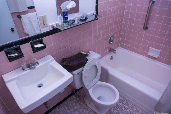 Turf & Spa Motel : Simple Clean Bathroom