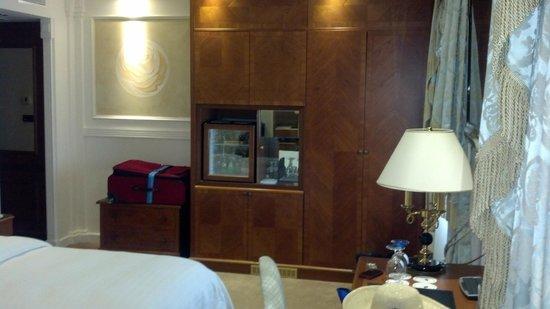 Swiss Diamond Hotel Lugano: Room and entry way