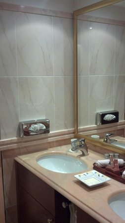Swiss Diamond Hotel Lugano: Bathrooms, 2 sinks
