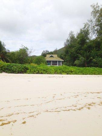 Acajou Beach Resort: Корпус с номерами делюкс, ближний к морю