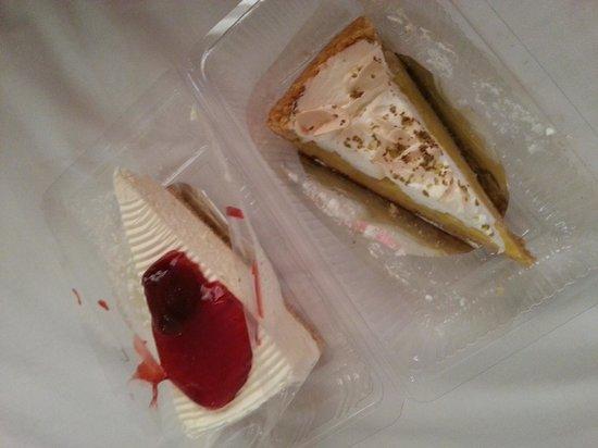 Maharat Bakery and Restaurant : strawberry cheesecake und lemon pie
