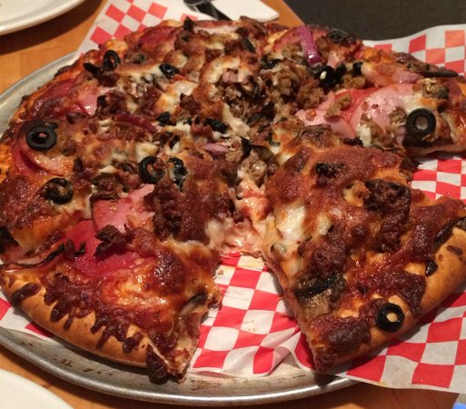 Haley's Sports Bar & Grill: The everything Pizza tasted really good with beer!