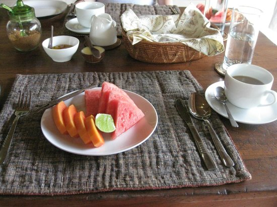 Umajati Retreat : Fruit and french pressed coffee at breakfast in Wates Bangbau House
