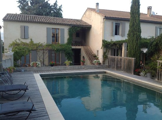 Le Mas des Tourterelles : Relaxing pool area and beautiful property