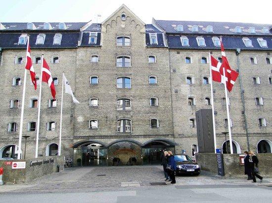 Copenhagen Admiral Hotel: 夜はライトアップされ綺麗