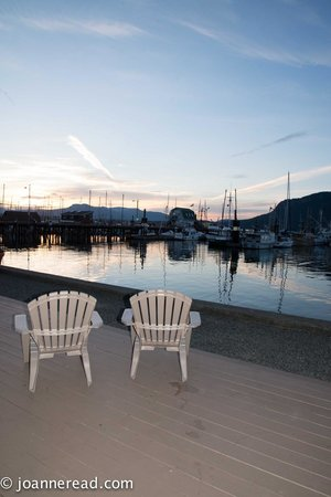 Oceanfront Suites at Cowichan Bay : Evening from the ground floor along the boardwalk