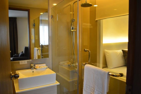 Imperial Palace Suites Quezon City: Renovated Bath Room