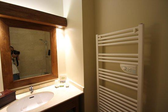 Les Jardins de Beauval: バスルームにある、タオル乾燥機