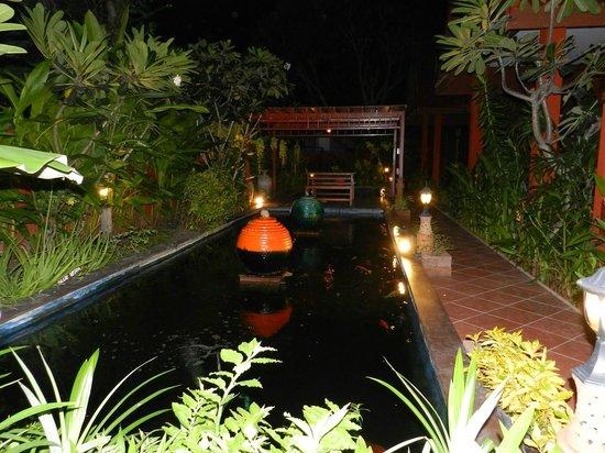 Ruenkanok Thai House: Пруд с карпами