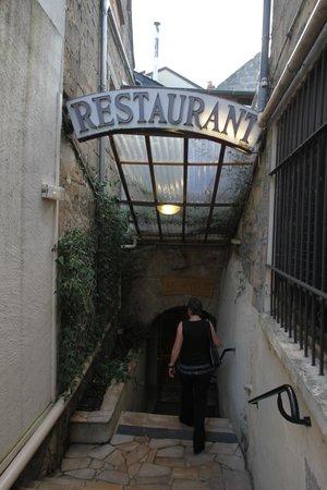 Le Caveau: 入口はここを下った地下にある