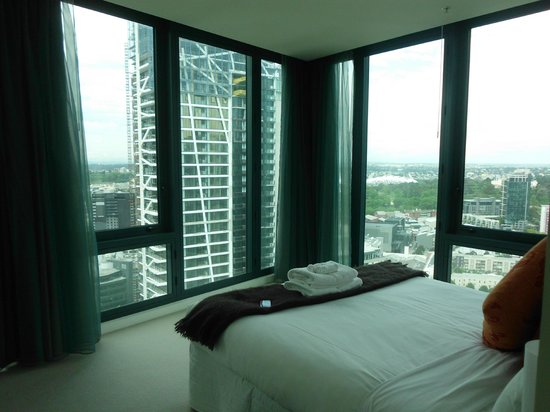 Melbourne Short Stay Apartments at SouthbankOne: master bedroom