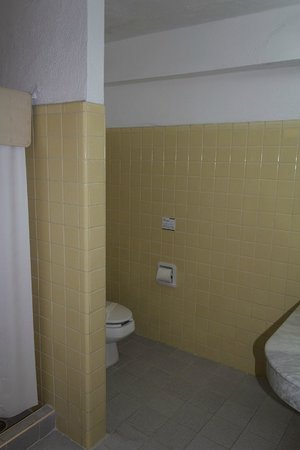 Hotel Maria del Carmen: Bathroom