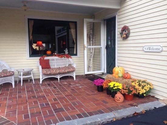Noble House Inn: Porch area
