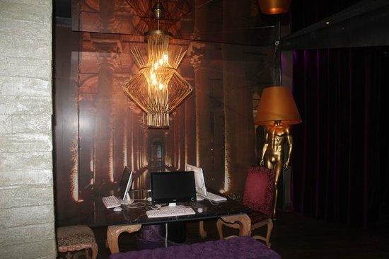City By Molton Hotels: hotel lobby