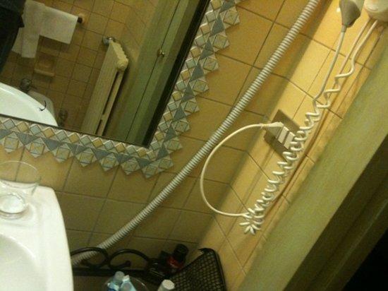 Hotel La Fenice Et Des Artistes: scarico del condizionatore in bagno