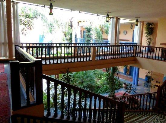 Villa Mandarine : Walkway overlooking the courtyard