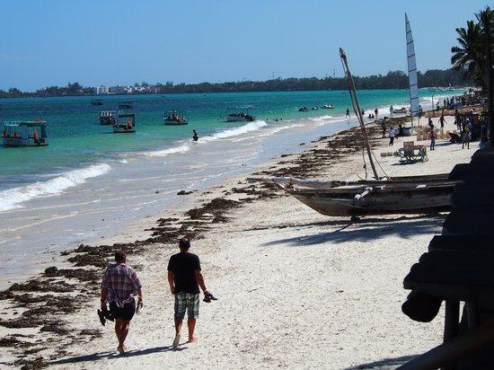 Ziwa Beach Resort: View of the beach from the bar