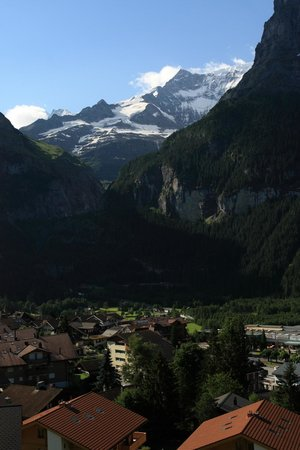 Hotel Sonnenberg: Вид из номера на горы Шрэкхорн и Эйгер