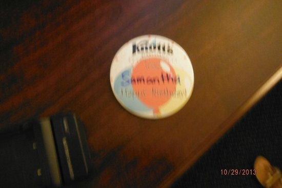 Knott's Berry Farm Hotel: happy bday button from front desk staff
