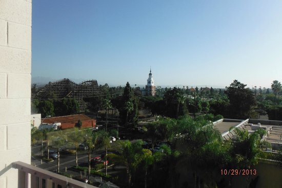 Knott's Berry Farm Hotel: Beautiful view morning time