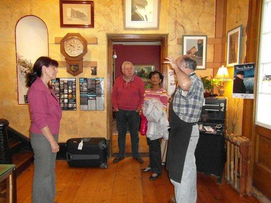 Manoir Hamilton: Hall d'accueil, au premier plan Nicole et Jean-André