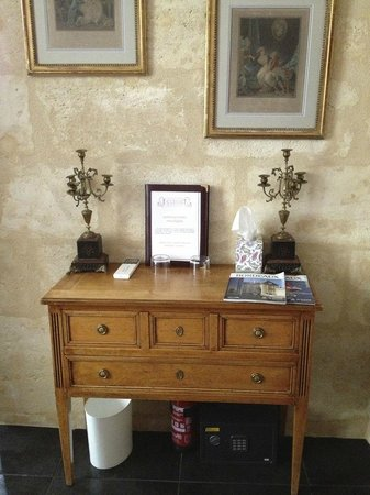 Au Coeur de Bordeaux - Chambres et Table d'hotes: one of the furniture in our room