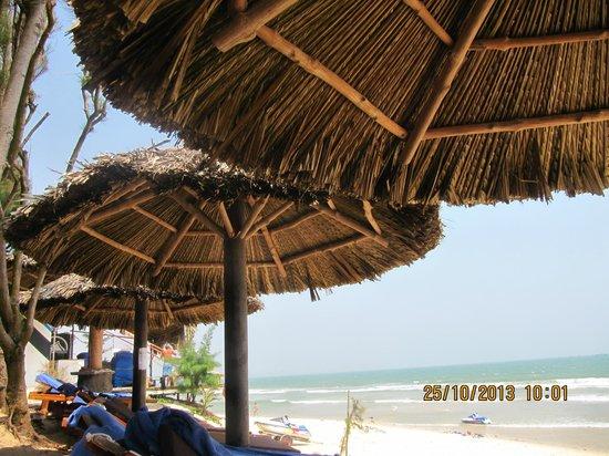 Muine Ocean Resort & Spa: зонтик на пляже