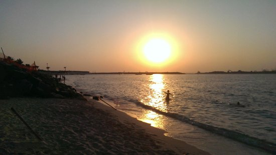 Amwaj Rotana: Jumeirah beach in front of Hotel