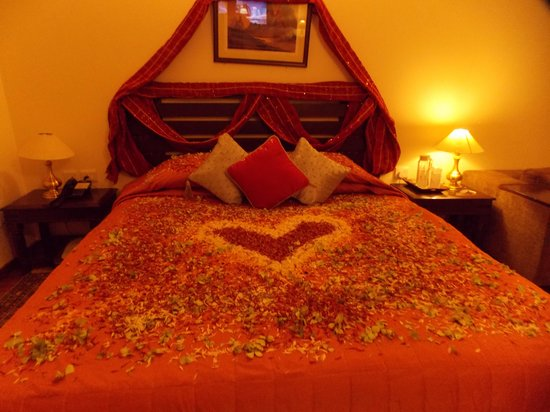 Solang Valley Resort: Deorated Honey Moon Bed