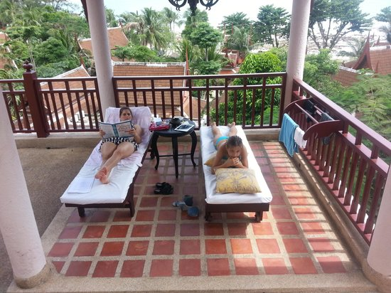 Thavorn Beach Village Resort & Spa: wife and daughter on the balcony