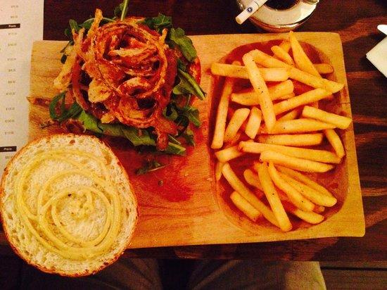Dek Condesa: La mejor hamburguesa del DF, cebolla tempura, pan recién hecho, sirloin relleno de queso...