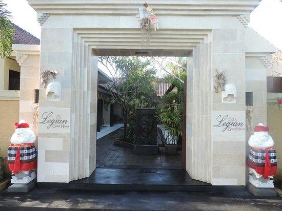 Legian Guest House: Balinese gate