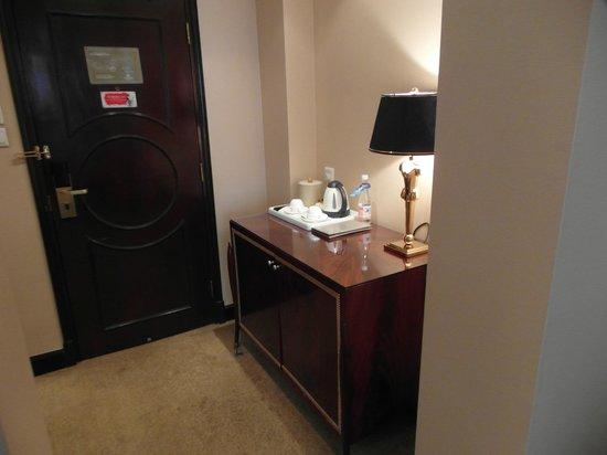 Hotel Kunlun: Eingangsbereich Zimmer