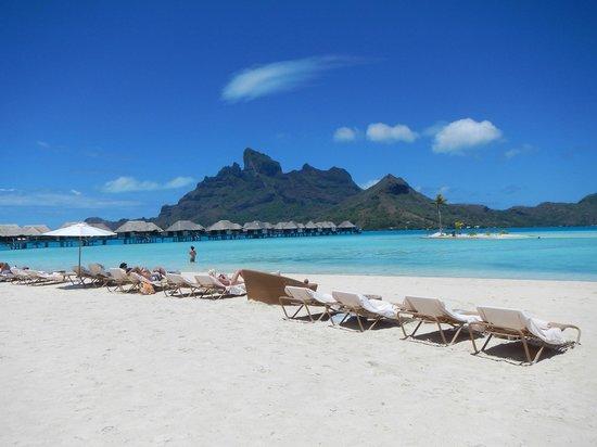 Four Seasons Resort Bora Bora: メインビーチからオテマヌを