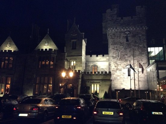 Clontarf Castle Hotel: Outside at night