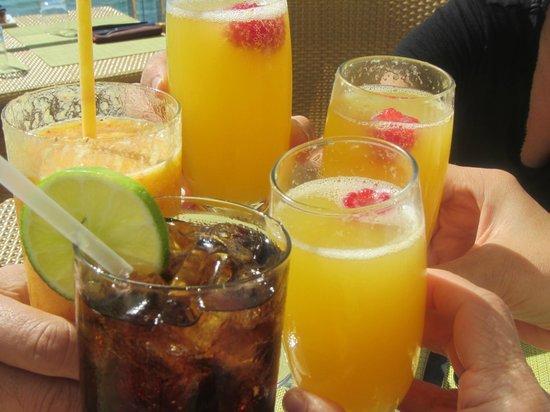 Malibu Beach Inn: Mimosa cheers!