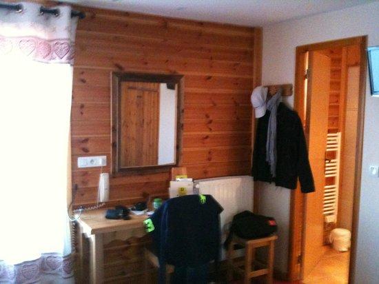Hotel Les Autanes : chambre coté bureau