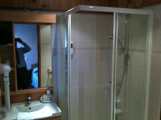 Hotel Les Autanes : sdb avec douche